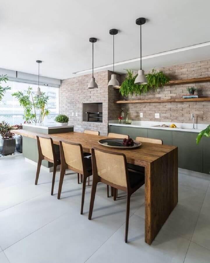 Lustre para área gourmet decorada com mesa de madeira ligada à ilha Foto Jeito de Casa