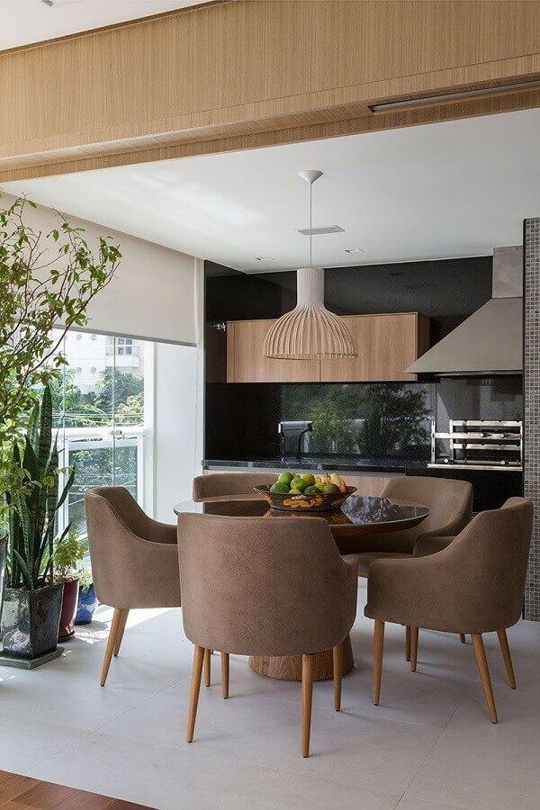 Lustre para área gourmet decorada com mesa redonda e churrasqueira Foto Casa de Valentina