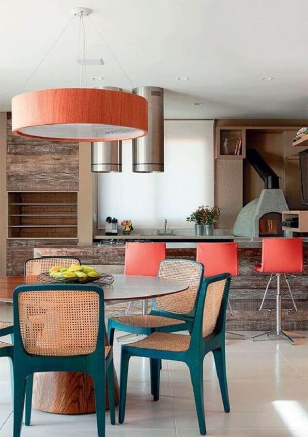 Lustre para área gourmet decorada com revestimento de madeira e cadeiras azuis  Foto Pinterest