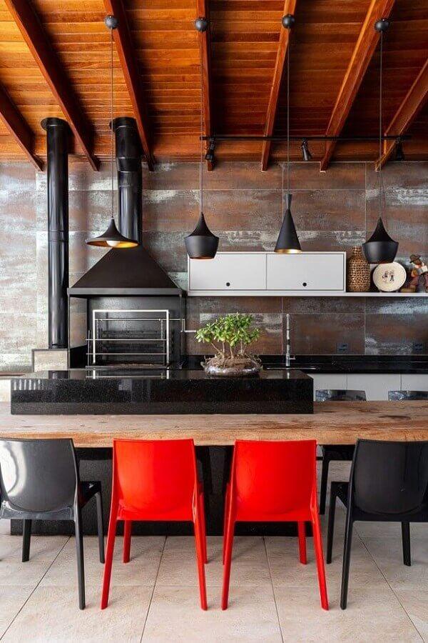 Lustre para área gourmet externa decorada com bancada de madeira e cadeiras vermelhas e pretas Foto Fashion Bubbles
