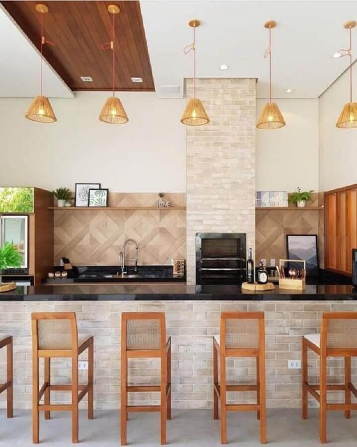 Lustre para área gourmet externa decorada com banquetas de madeira Foto Fashion Bubbles