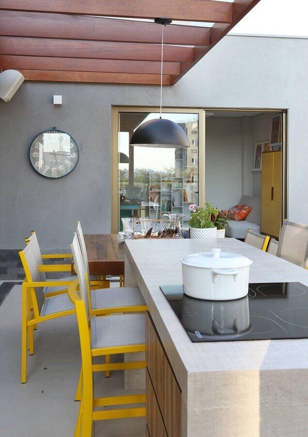 Lustre para área gourmet externa decorada com cadeiras pretas para ilha com cooktop Foto Pinterest