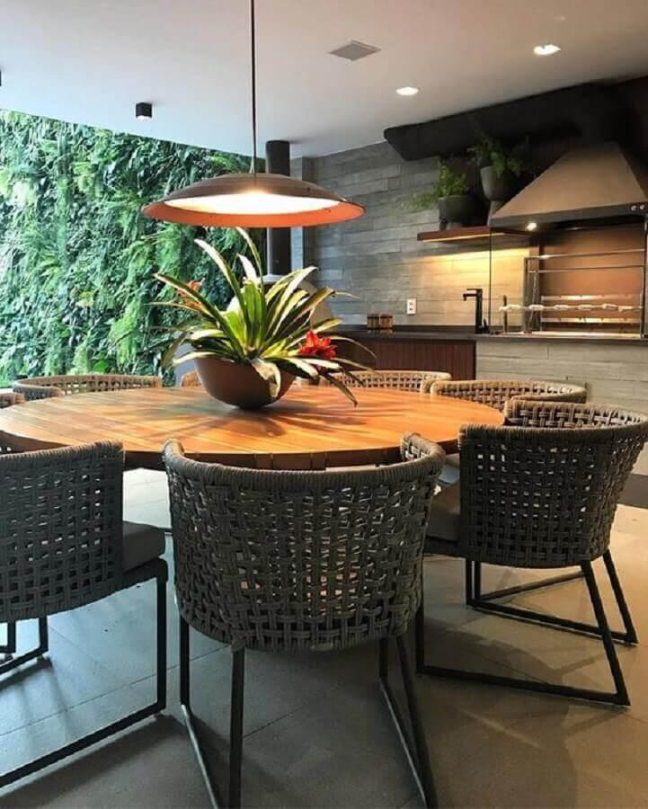 Lustre para área gourmet externa decorada com jardim vertical e mesa redonda  Foto Casa de Valentina
