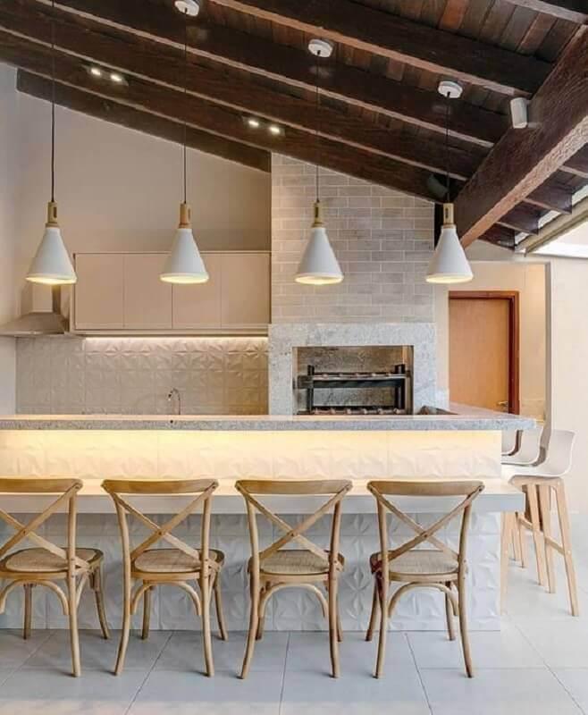 Lustre para área gourmet externa decorada com revestimento 3D e banquetas de madeira  Foto Fashion Bubbles