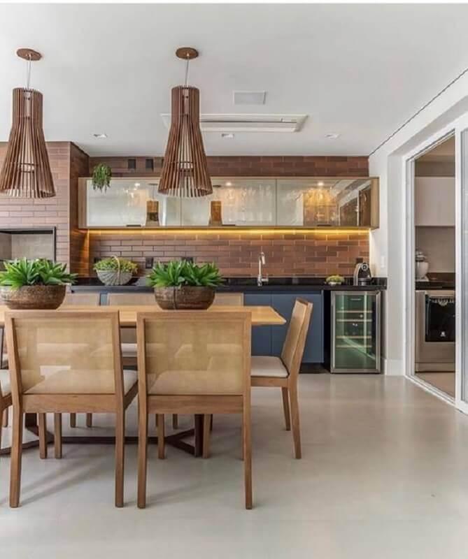 Lustre para área gourmet grande decorada com cadeiras de madeira e parede de tijolinho Foto Fashion Bubbles