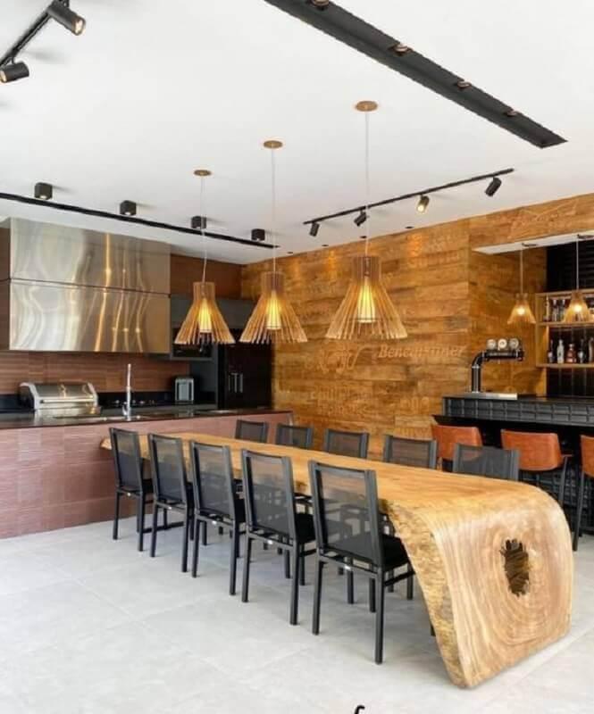 Lustre para área gourmet moderna decorada com mesa de madeira de demolição Foto Fashion Bubbles