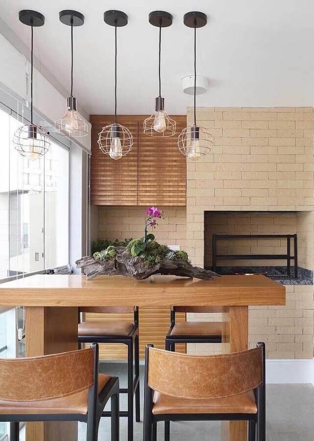 Lustre para área gourmet pequena decorada com bancada de madeira Foto Pinterest