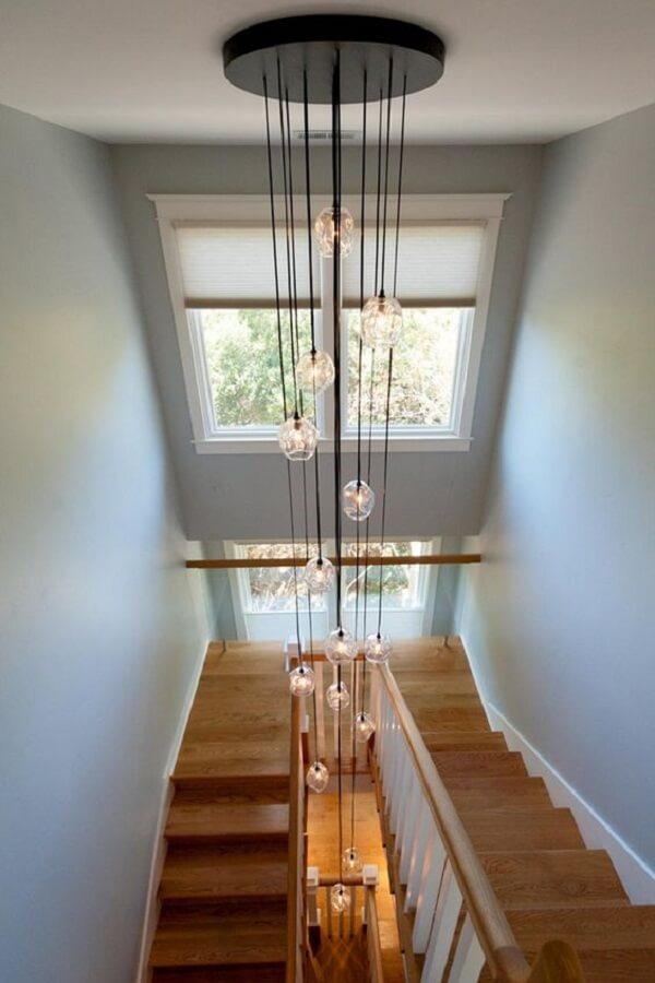 Lustre para escada de madeira comprido. Fonte: Pinterest