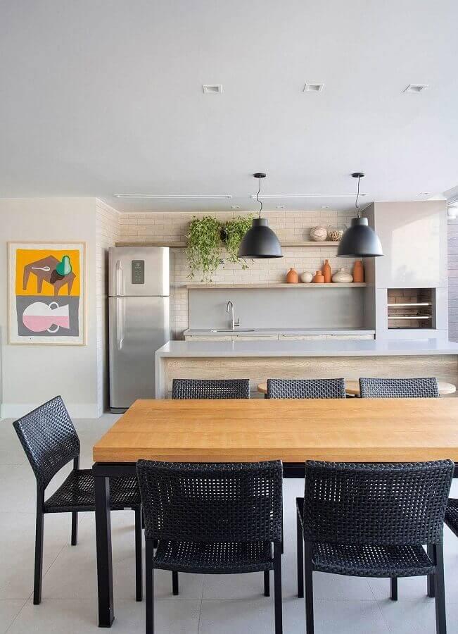 Lustre pendente para área gourmet decorada com cadeiras pretas para mesa de madeira Foto Casa de Valentina