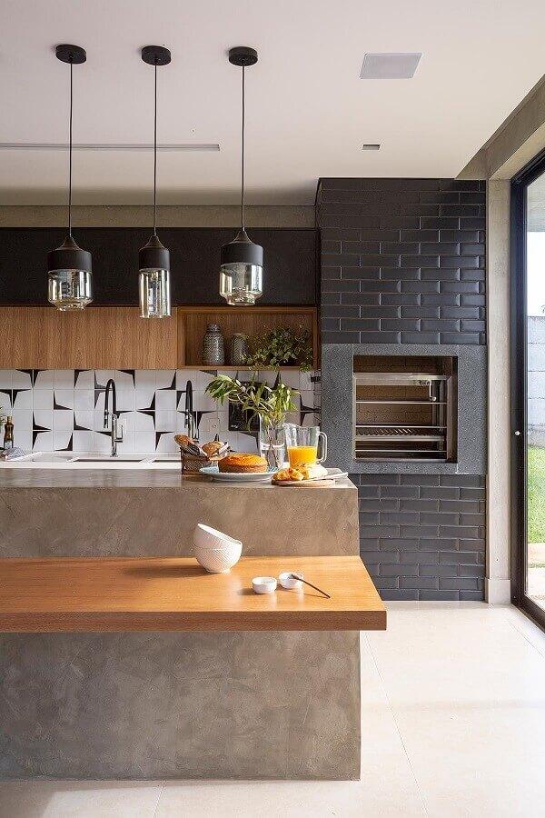 Lustre pendente para área gourmet moderna decorada com bancada de cimento queimado e parede de tijolinho preto Foto Casa de Valentina
