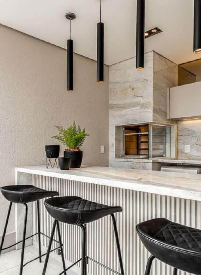 Lustre pendente para área gourmet moderna decorada com banqueta preta Foto Jeito de Casa