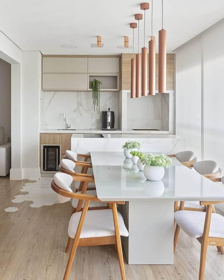 Lustre pendente para área gourmet moderna decorada com cadeiras de madeira para mesa branca  Foto Decor Salteado