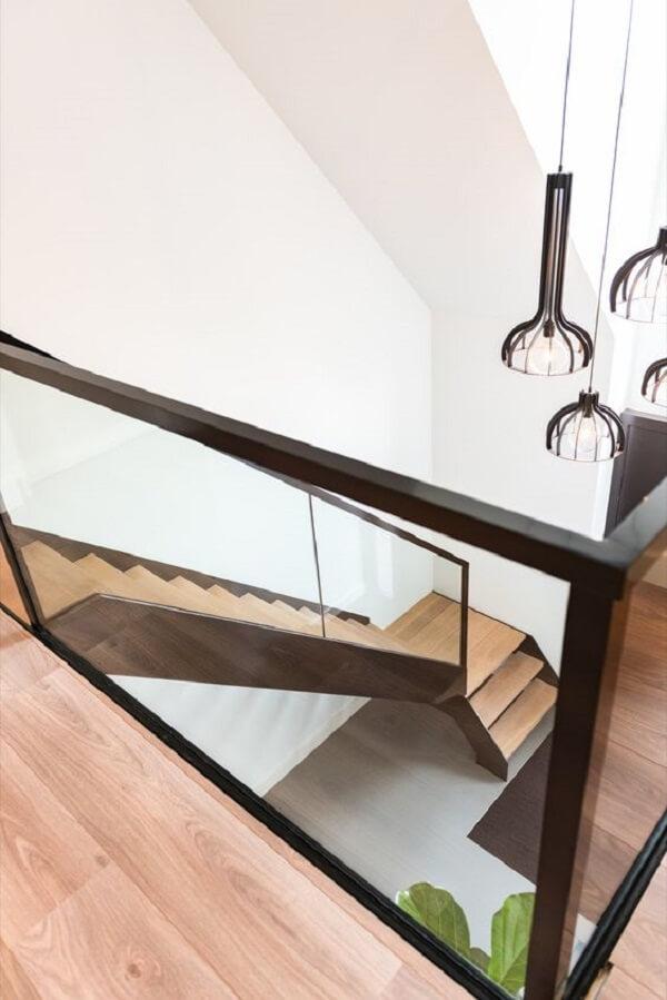 Lustre pendente para escada com design moderno. Fonte: Pinterest
