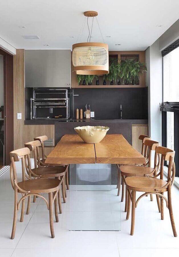Lustre rústico para área gourmet decorada com cadeiras de madeira para mesa planejada  Foto Pinterest