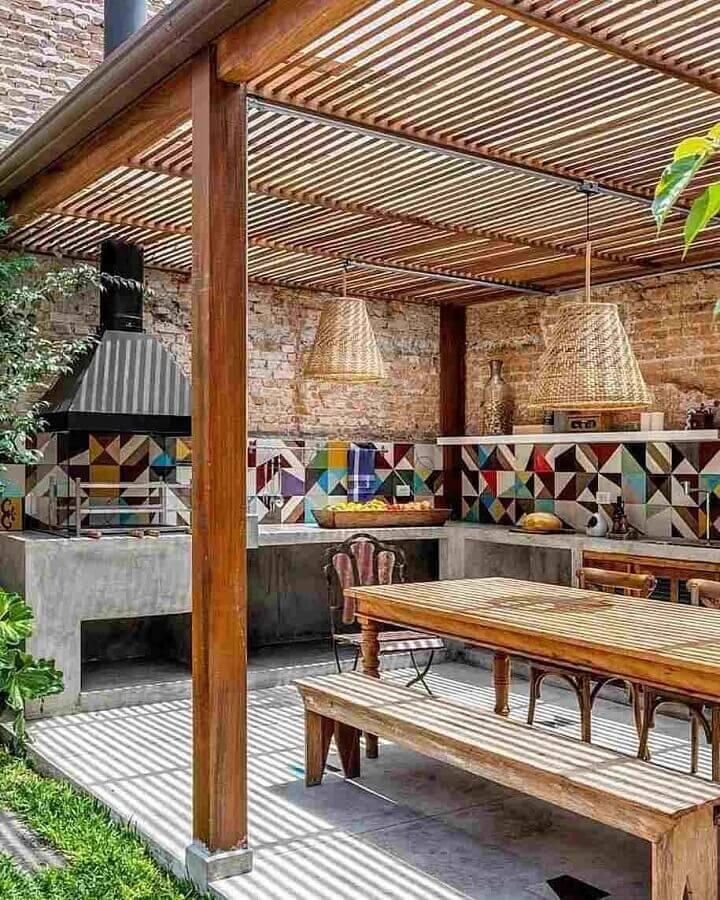 Lustre rústico para para área gourmet externa decorada com revestimento colorido Foto Monta Casa