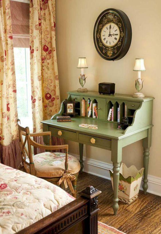 Móveis vintage com escrivaninha verde e cadeira de madeira