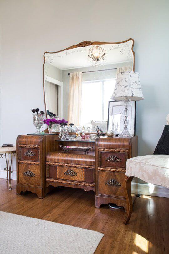 Móveis vintage de madeira grande com espelho e moldura detalhada