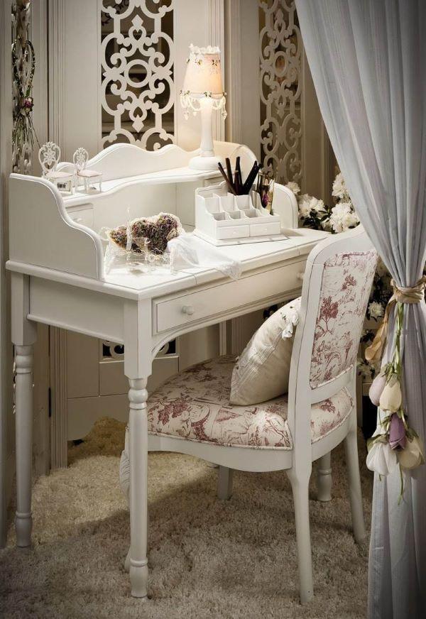 Móveis vintage na cor branca com espelho de mesa e cadeira com estampa floral