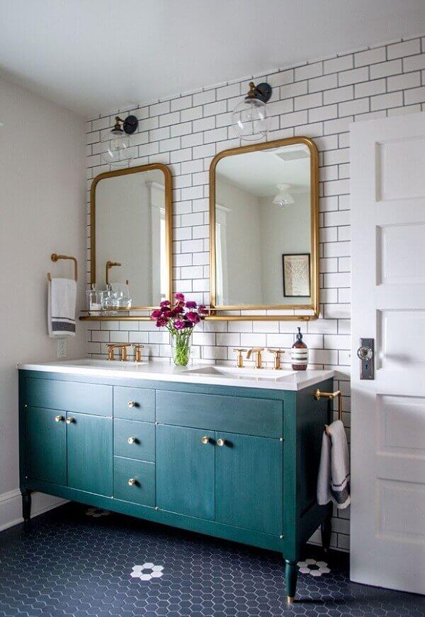 Móveis vintage para banheiro com armário verde e espelhos dourados