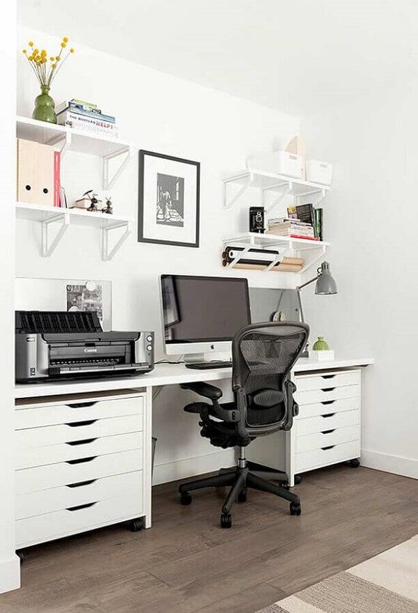 Mantenha o espaço de trabalho e estudo organizado fazem uso do gaveteiro branco. Fonte: Houzz
