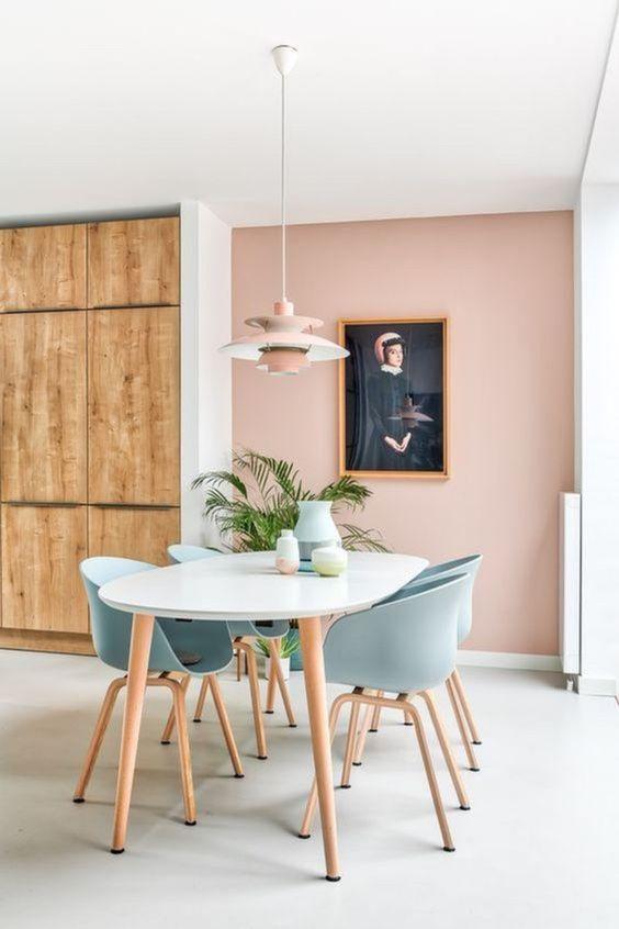 Mesa de jantar branca com cadeira azul claro