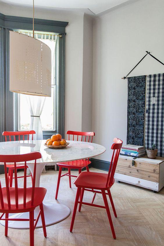 Mesa de jantar branca com cadeira vermelha