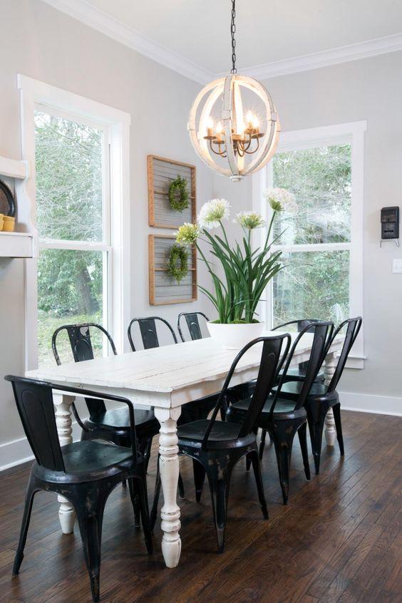 Mesa de jantar branca com cadeiras de ferro