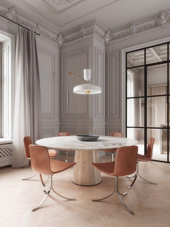 Mesa de jantar branca com cadeiras rose