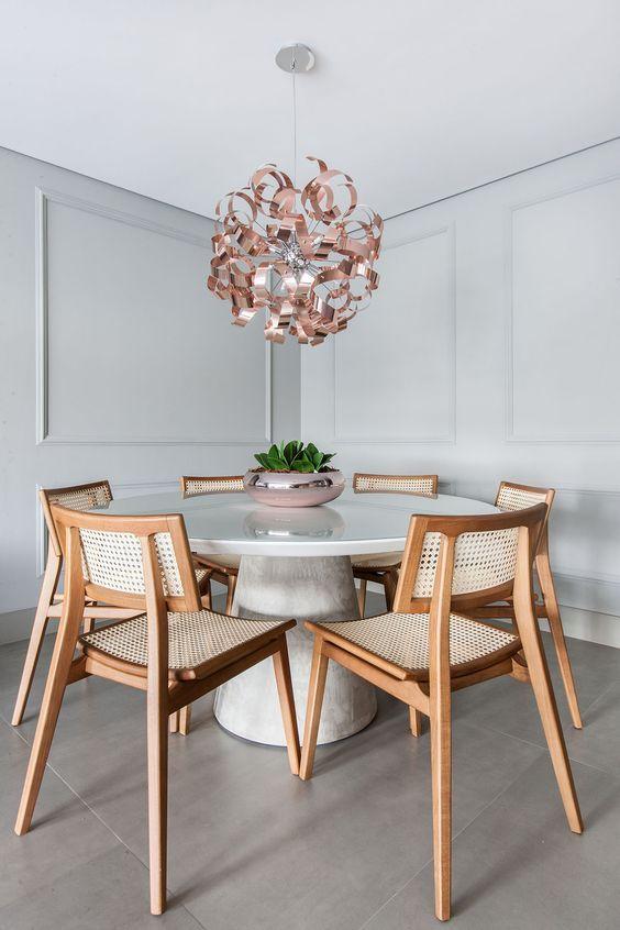 Mesa de jantar branca com tampo de granito e cadeira de madeira