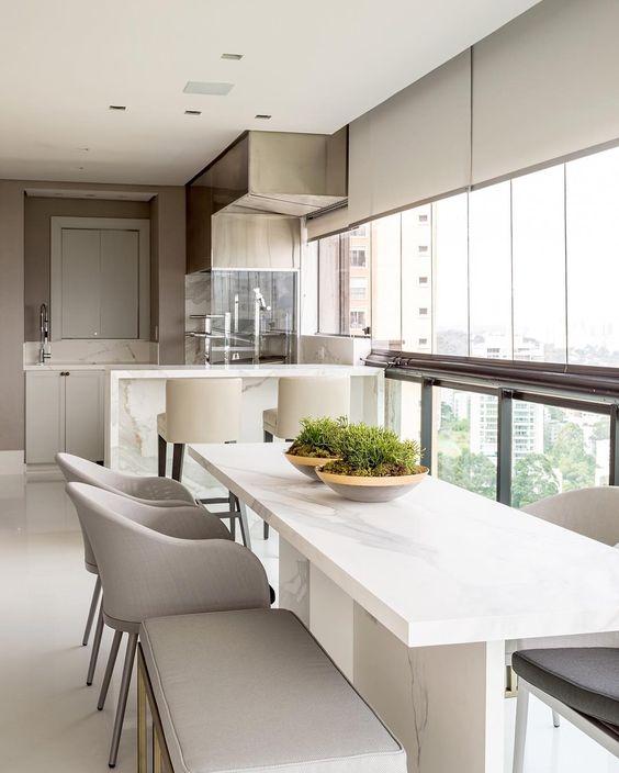 Mesa de jantar branca para varanda gourmet de vidro e cadeiras cinza
