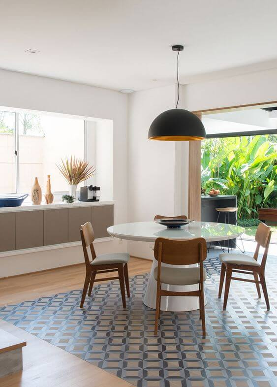 Mesa de jantar branca para varanda moderna