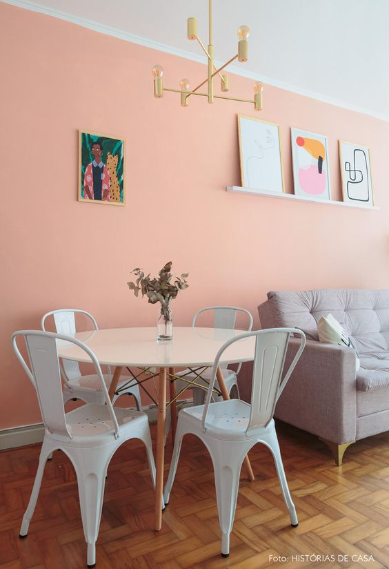 Mesa de jantar branca redonda com cadeira de ferro branca