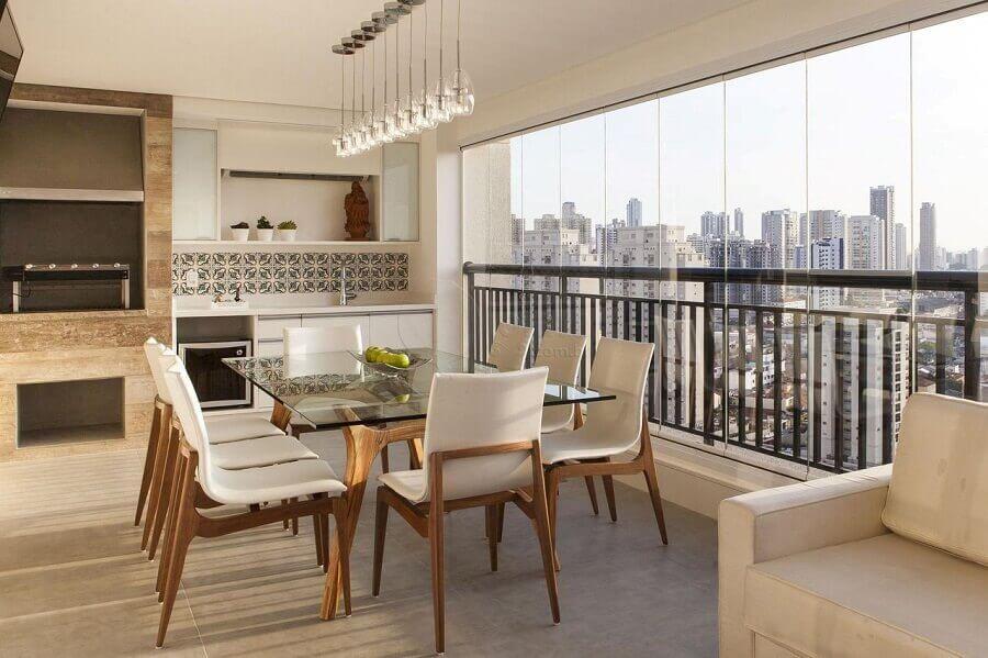 Mesa de vidro para decoração em cores claras de apartamento com varanda gourmet Foto Lolafá