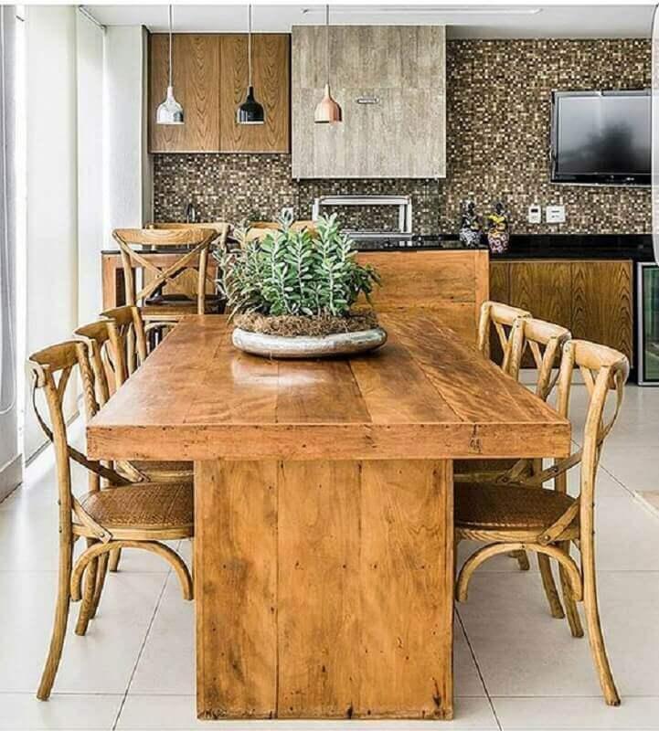 Mesa e cadeira de madeira para decoração de apartamento com varanda gourmet e churrasqueira Foto Mariana Orsi