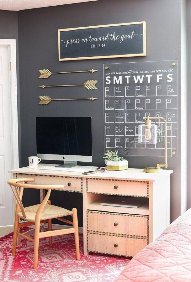 Mesa escrivaninha home office cinza decorado com painel de datas Foto Pinterest