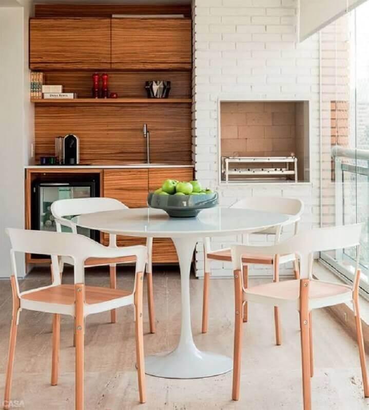 Mesa redonda para decoração de apartamento com varanda gourmet e churrasqueira Foto Arquitrecos