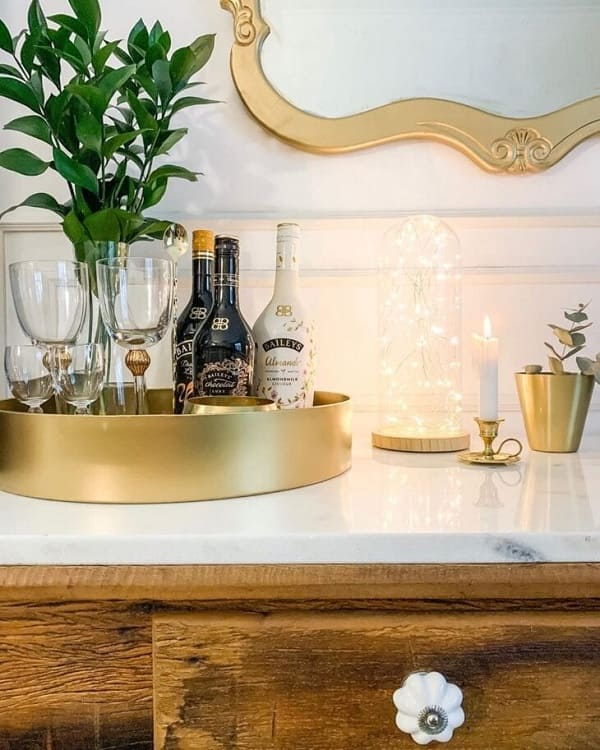 Modelo de bandeja de bar redonda e dourada. Fonte: Rock and Home