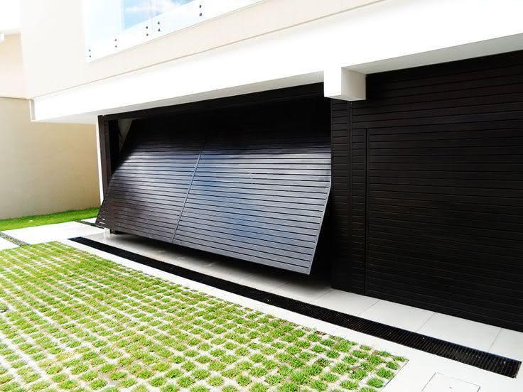 Modelo de casa com garagem preta