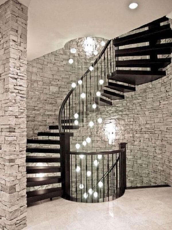Modelo de lustre para escada caracol. Fonte: Pinterest