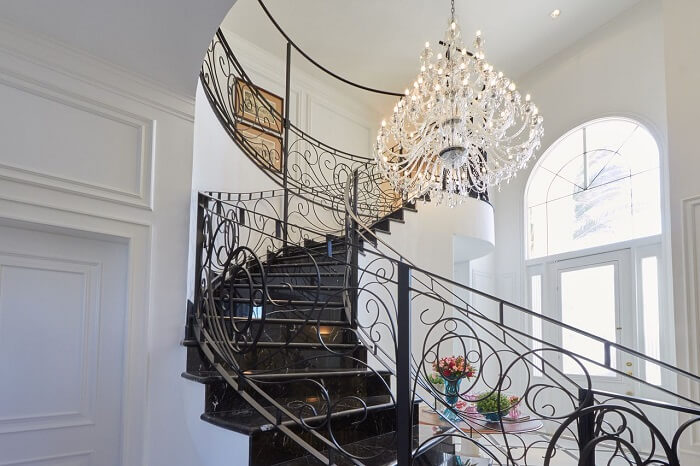 Modelo de lustre pendente para escada de ferro. Projeto de Piloni Arquitetura
