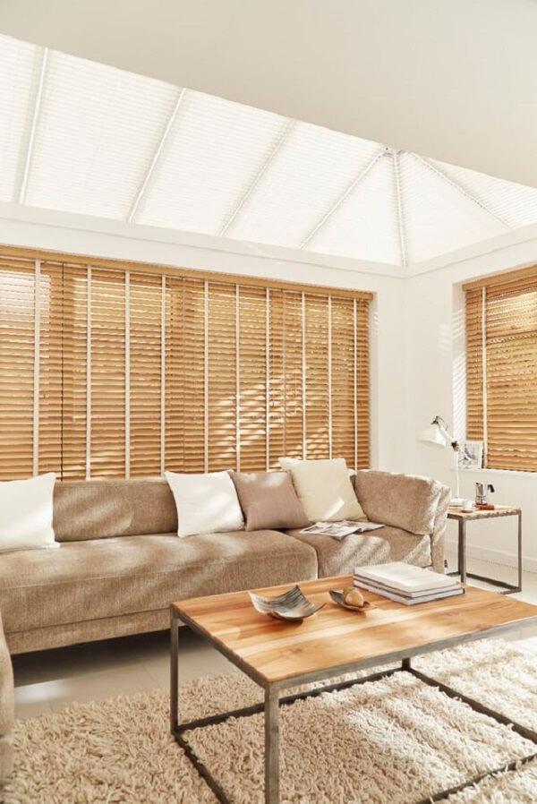 Modelo de persiana de madeira para sala. Fonte: Pinterest