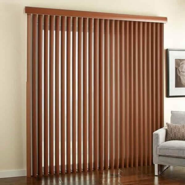 Modelo de persiana de madeira vertical decora o ambiente. Fonte: Pinterest