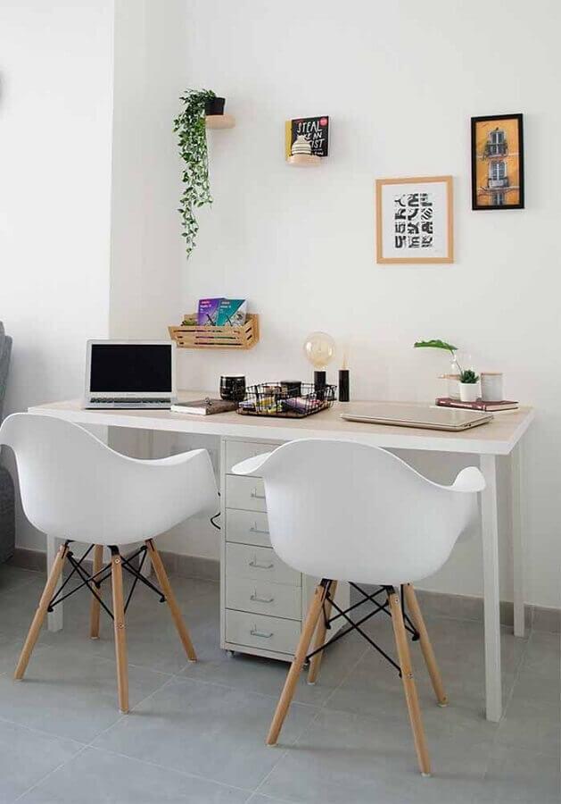 Modelos de escrivaninha para home office branco decorado com cadeira eames Foto Pinterest