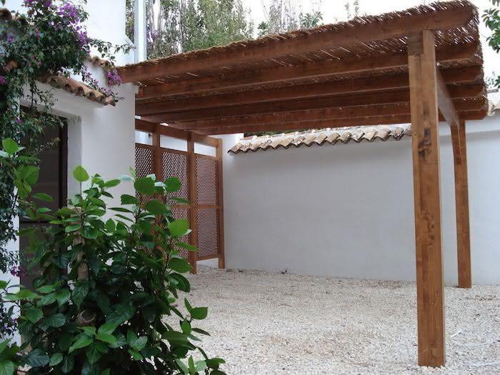 Modelos de garagem com pergolado de madeira na entrada de casa