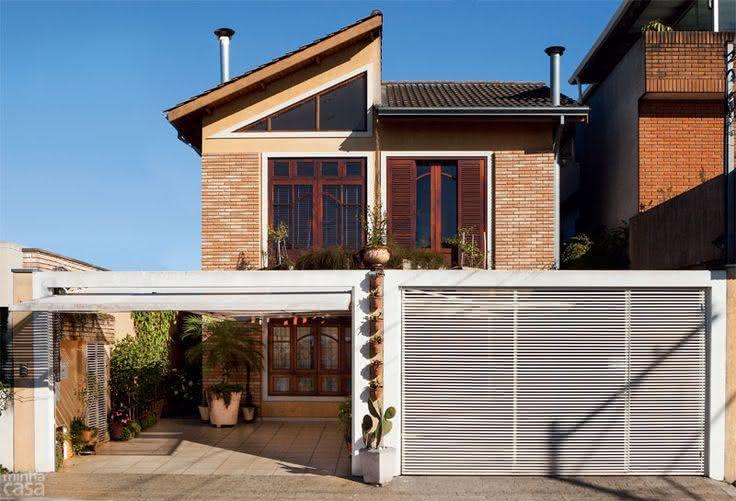 Modelos de garagem com portão branco e janela de madeira