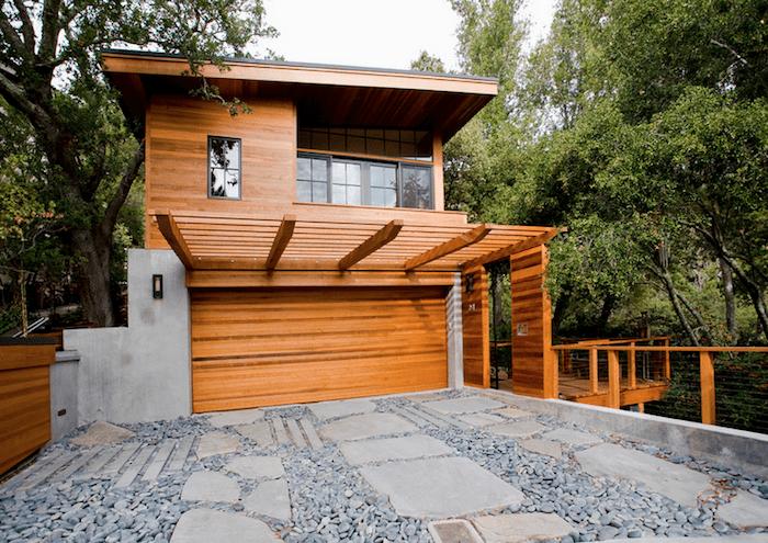 Modelos de garagem de madeira com portão de madeira e cobertura