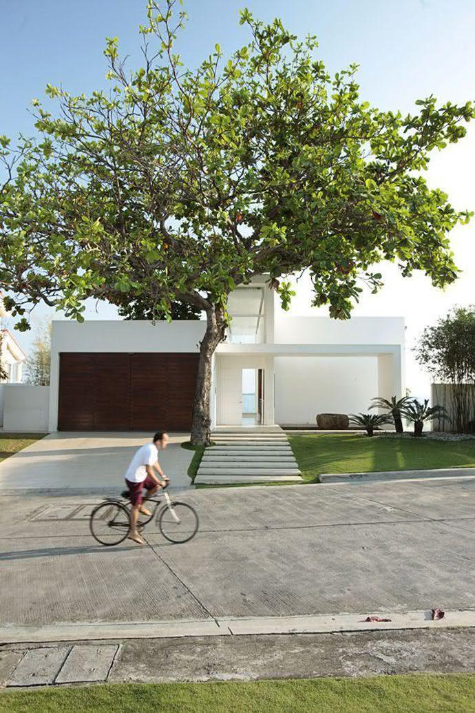 Modelos de garagem para casa grande com portão de madeira