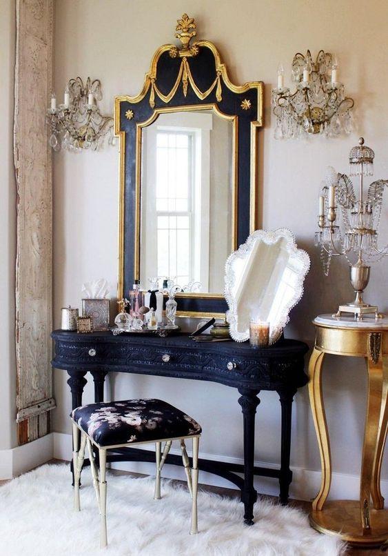 Moveis vintage na cor azul marinho e dourado e puxadores de brilhos
