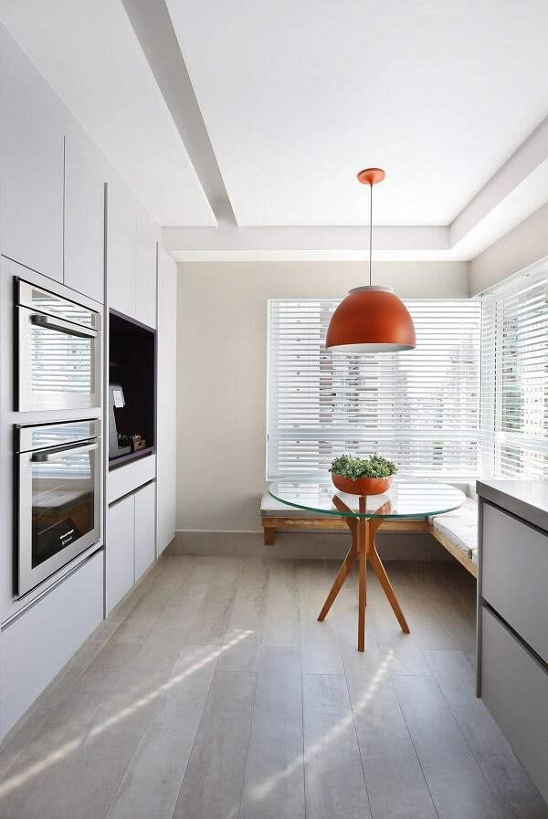 No feng shui decoração cozinha a iluminação natural é abundante. Projeto de Karen Pisacane