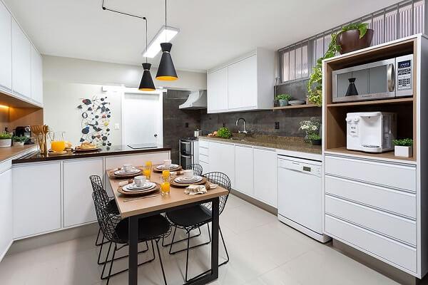 No feng shui na cozinha evite usar panelas e frigideiras danificadas. Projeto de Oliva Arquitetura